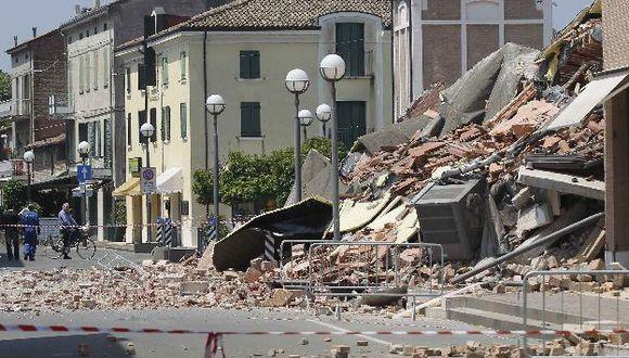 Hay varios atrapados bajo los escombros de casas y almacenes. (Reuters)