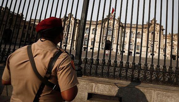 Palacio de Gobierno iza bandera a media asta por policías fallecidos en Apurímac. (Renzo Salazar/Perú21)