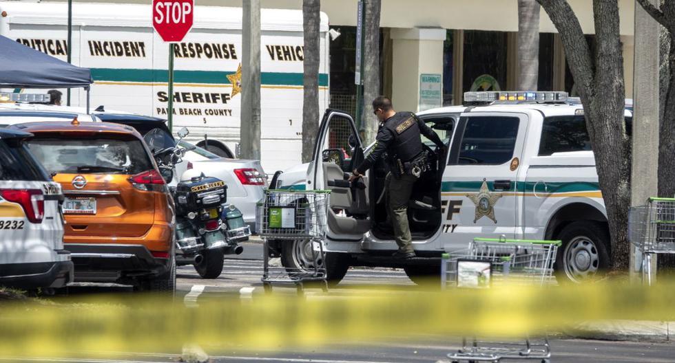 Agentes de policía de Palm Beach son vistos en la escena de un tiroteo en un supermercado Publix en Royal Palm Beach, Florida, Estados Unidos, 10 de junio de 2021. (EFE/EPA/CRISTOBAL HERRERA-ULASHKEVICH).