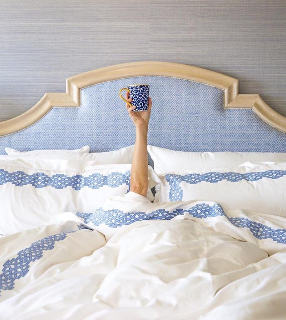Al igual que su sala, el azul y el blanco predominan en su habitación. (Foto: Instagram Reese Witherspoon)