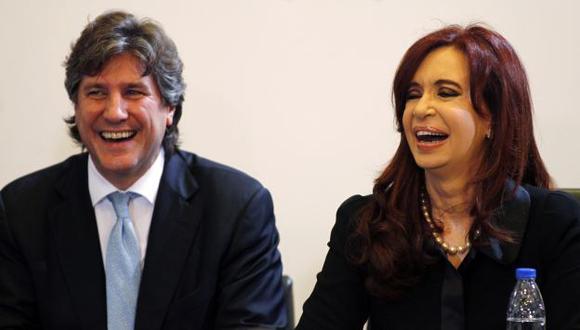 DENUNCIA SERIA. Amado Boudou junto a Fernández, a quien la prensa le reclama responder preguntas. (Reuters)