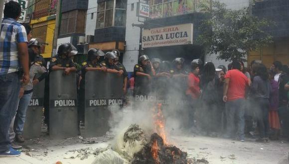 Comerciantes quemaron retazos de tela en señal de protesta. (César Martínez)