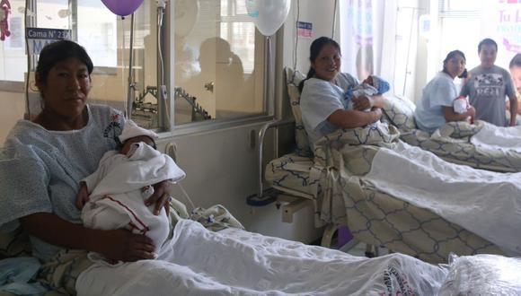 La OMS recomienda el corte tardío de cordón umbilical en todos los tipos de parto, natural o cesárea, a menos que el recién nacido sufra hipoxia y necesite trasladado de inmediato para su reanimación. (GEC)