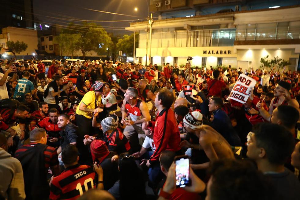 Este miércoles cientos de hinchas de Flamengo llegaron al frontis del Hotel Westin, ubicado en San Isidro, para alentar a los jugadores del equipo brasilero. (Foto: Renzo Salazar/ GEC)