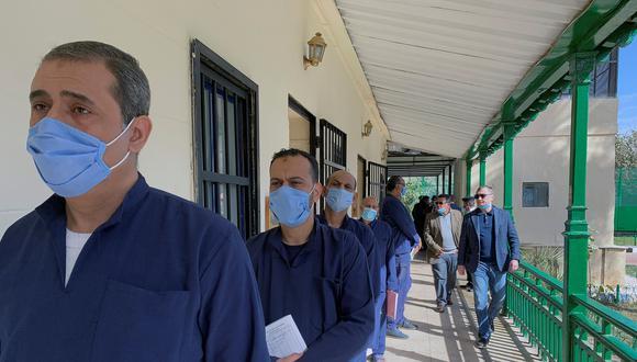 Grupo de presos hacen fila en el hospital de la cárcel de Tora, al sureste de El Cairo, para pasar la revisión médica. (Foto: EFE)