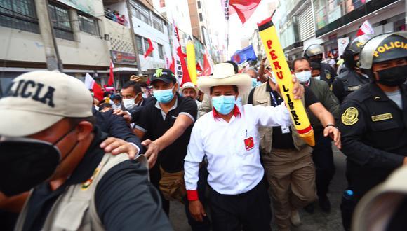 El candidato presidencial de Perú Libre ofreció un improvisado mitin en la Plaza Manco Cápac, donde no respetó las medidas de bioseguridad.