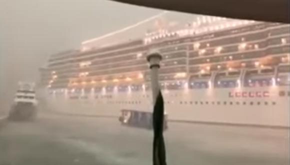 Debido al mal tiempo perdió el control y casi llega a chocar con el yate que estaba atracado no muy lejos de la famosa Plaza de San Marcos, lo que causó pánico a bordo. (Captura de pantalla)