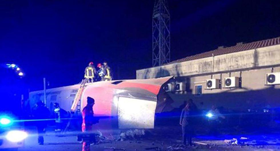 Un grupo de agentes trabaja en el rescate de heridos del tren siniestrado cerca de Milán. (AFP)