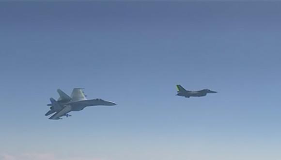 Mira cómo un avión caza ruso SU-27 'enseña los dientes' a un caza de la OTAN en pleno vuelo (Captura)