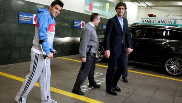 El delantero del Barcelona caminó con ayuda de muletas hacia el vehículo que lo llevaría a su vivienda. (Valentí Enrich/Sport.es)