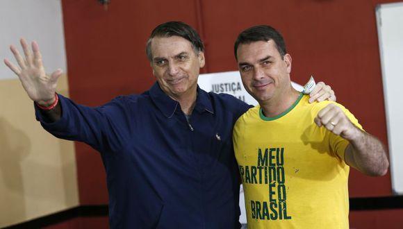 """Flavio Bolsonaro niega cualquier irregularidad y acusa a los medios de estar """"haciendo una fuerza para deconstruir"""" su reputación """"y tratar de afectar a Jair Bolsonaro"""". (Foto: AP)."""