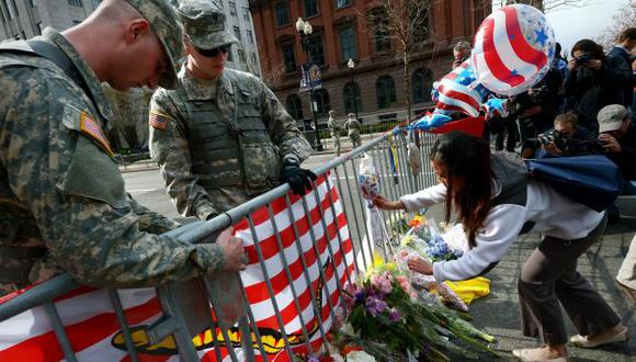 EN MEMORIA. En el escenario de la tragedia, cientos de personas dejaron flores y otros recuerdos. (EFE)