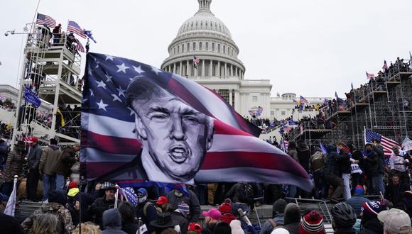 Manifestantes pro-Donald Trump asaltan los terrenos del Capitolio (Washignton, Estados Unidos), el 6 de enero de 2021. (EFE / EPA / WILL OLIVER).