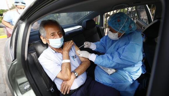 Se han establecidos puntos de 'vacunacar' para que los adultos mayores puedan ser vacunados contra el coronavirus directamente en sus vehículos. (Foto: Eduardo Cavero/ GEC)
