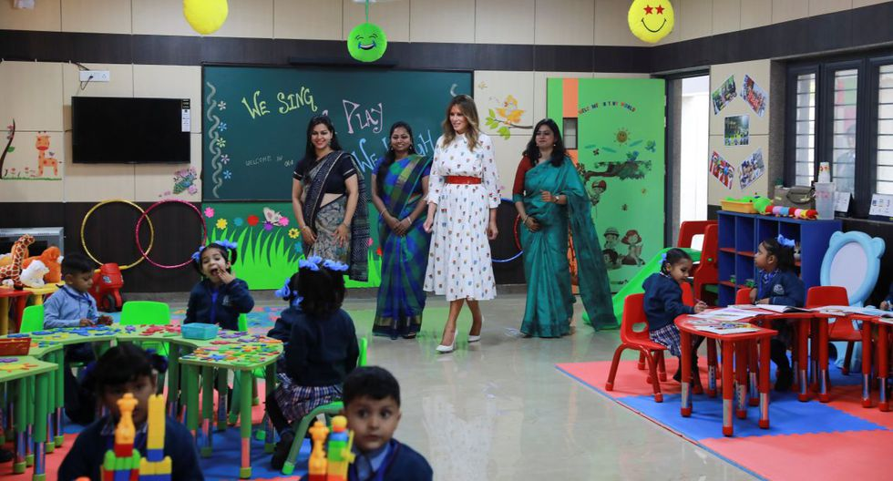"""Adornada con un tradicional """"tilak"""" rojo en su frente y usando una guirnalda de caléndulas, la esposa del presidente Donald Trump observó cómo los niños del centro jugaban, practicaban yoga y bailaban la tradicional danza bhangra. (EFE)."""