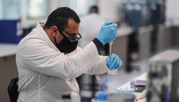 Trabajadores del laboratorio mAbxience, elegido por AstraZeneca para la producción en Latinoamérica de la vacuna contra el COVID-19. (EFE/Juan Ignacio Roncoroni).