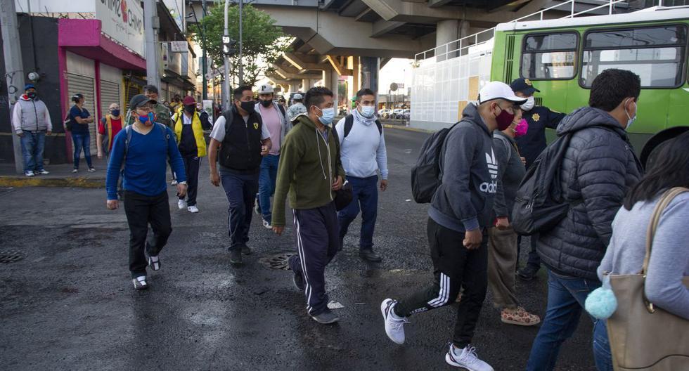 Los viajeros caminan en busca de transporte en el área de un accidente de tren en la Ciudad de México , el 4 de mayo de 2021. (CLAUDIO CRUZ / AFP).