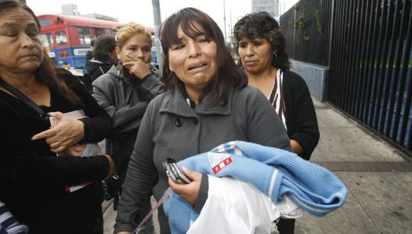 VIDA TRUNCADA. Margarita Vásquez llora mientras lleva en sus brazos el uniforme de su hija. (USI)