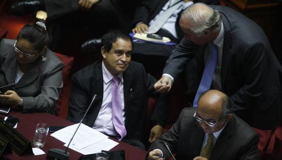 SIN VERGÜENZA. Otárola justificó incremento del bono y pide que le dejen desarrollar su función. (Rochi León)