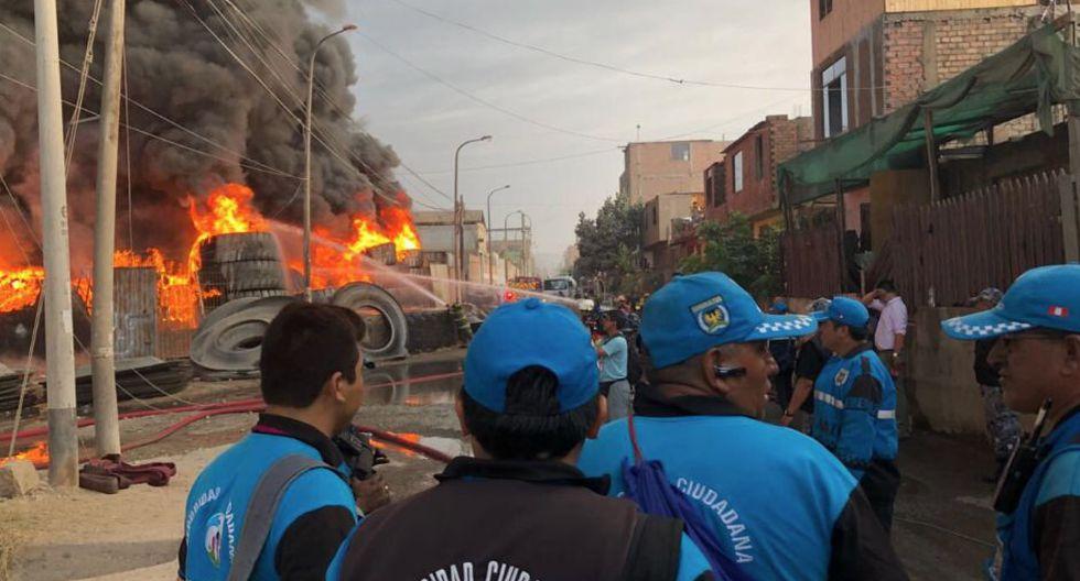 Incendio consume almacén clandestino de llantas en el límite de Comas y SMP (Minsa)