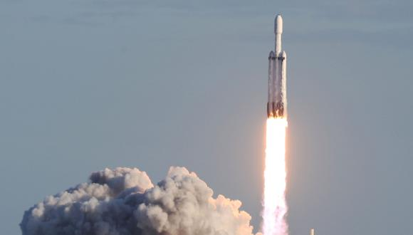 El cohete pesado SpaceX Falcon se levanta de la plataforma de lanzamiento 39A en el Centro Espacial Kennedy de la NASA. (Foto: AFP)