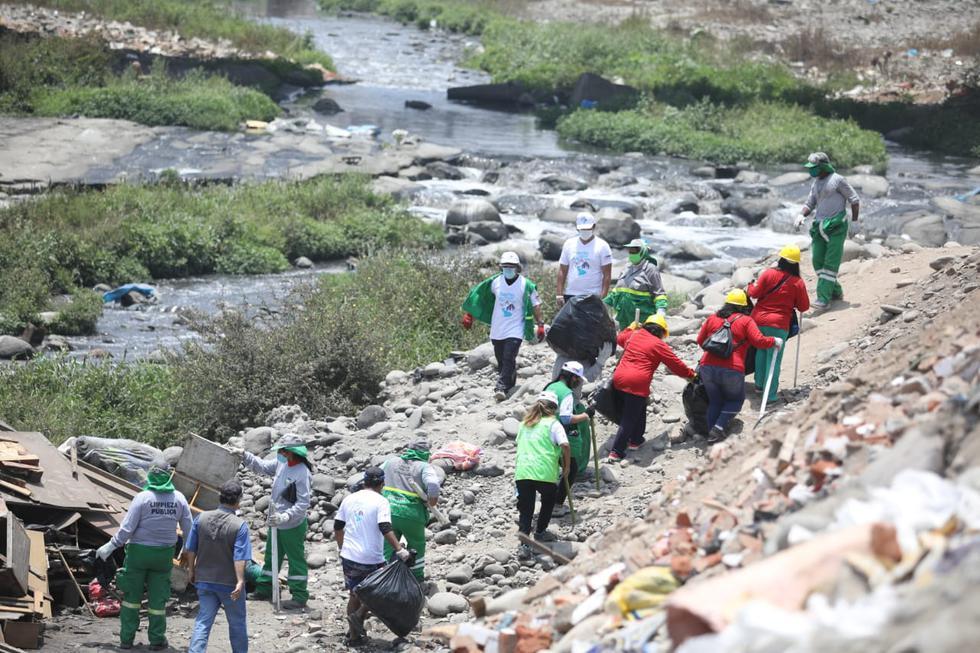 Los trabajadores de limpieza pública de la Municipalidad de El Agustino en coordinación con Ministerio de Agricultura y Riego (Minagri) realizaron una jornada de recojo de basura y desperdicios en el cauce del río Rímac. (Foto: Britanie Arroyo / @photo.gec)