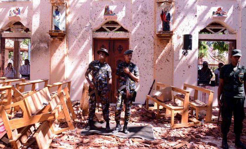 Soldados de Sri Lanka observan el interior de la Iglesia de San Sebastián en Katuwapitiya en Negombo, luego de una explosión de bomba durante el servicio de Pascua. (Foto: AFP)