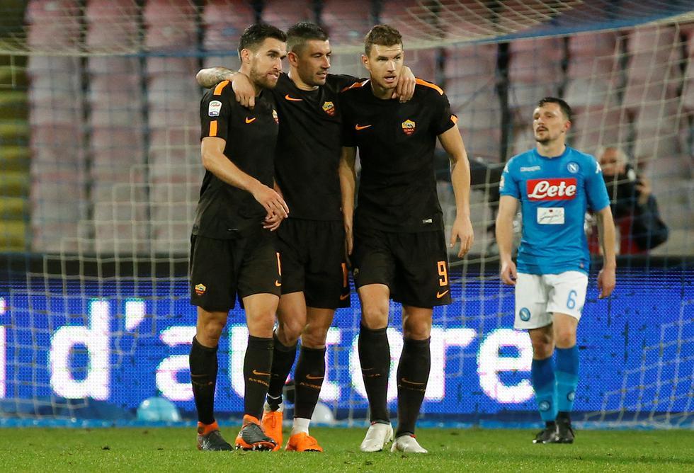 Con goles de Under, Dzeko y Perotti, AS Roma venció 4-2 al Napoli, que descontó gracias a Insigne y Mertens en el mítico San Paolo. (REUTERS)