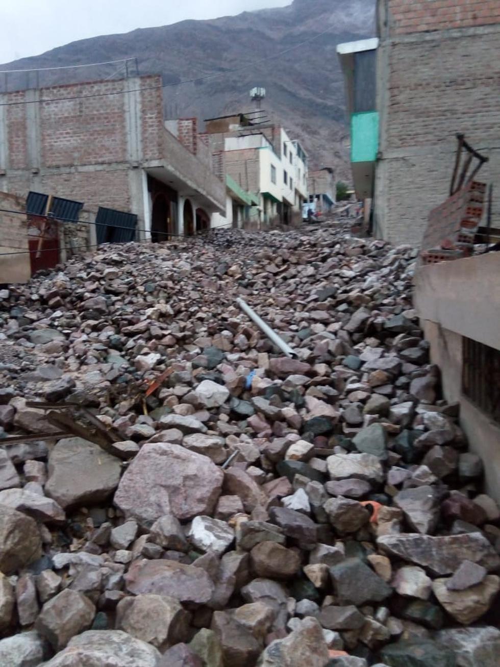 Devastador. Torrente se llevó autos e inutilizó calles e inmuebles como la sede de la Autoridad Nacional del Agua.