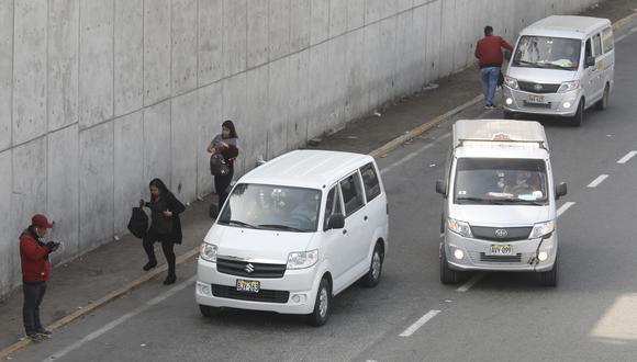 Vías colapsadas. Colectivos forman largas filas en transitadas avenidas en busca de pasajeros. (Crédito: Piko Tamashiro/GEC)