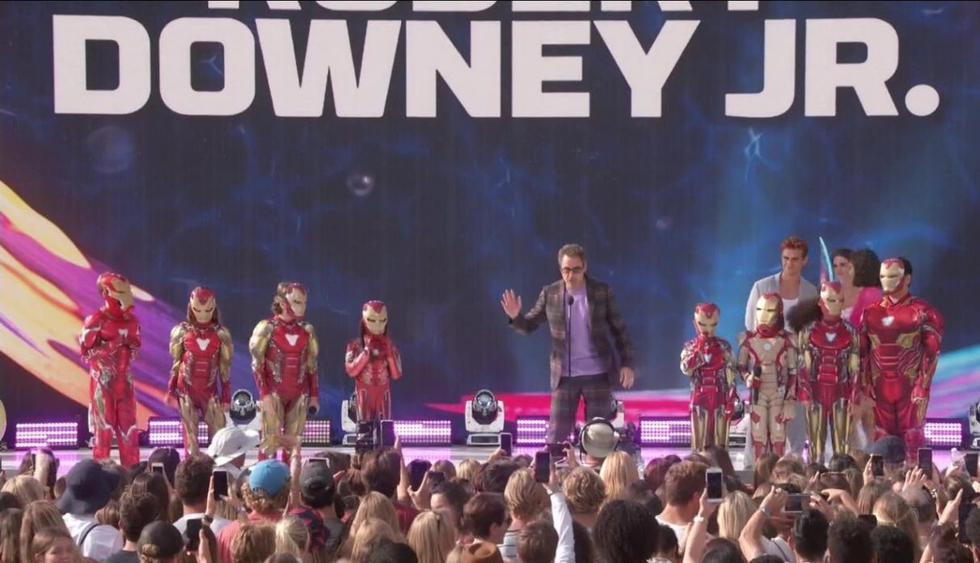 Robert Downey Jr. recibió su premio de los Teen Choice Awards 2019 en medio de niños disfrazados de Iron Man. (Imagen: Captura Warner Bros)