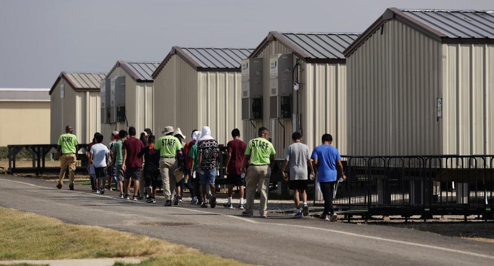 Imagen referencial del 9 de julio de 2019. El personal acompaña a clases a un grupo de niños en un centro de detención en Estados Unidos. (Foto: AP Photo/Eric Gay).