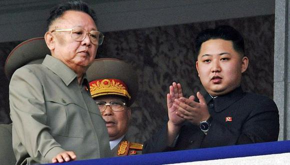Kim Jong Un (Der.) junto a su padre en un evento oficial el año pasado. (AP)