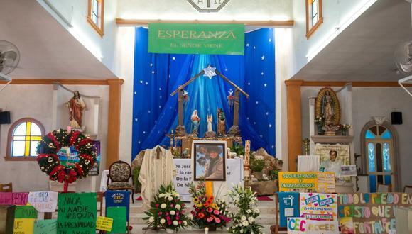 Feligreses dedican hoy un altar a la memoria del padre Pedro Pantoja, en la iglesia de La Santa Cruz en Saltillo, en el estado de Coahuila. EFE/Miguel Sierra