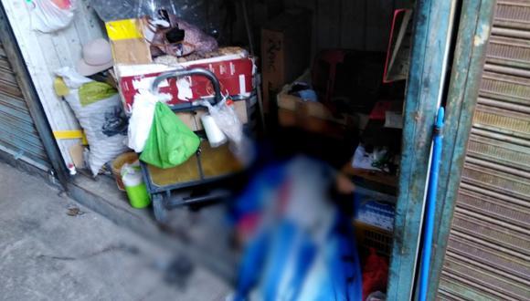 Según información policial, se trata de Margarita Calcina Cala (51), quien fue hallada hoy a las 6 de la mañana en el stand 108 del centro comercial, ubicado en la calle La Merced. (Foto: PNP)