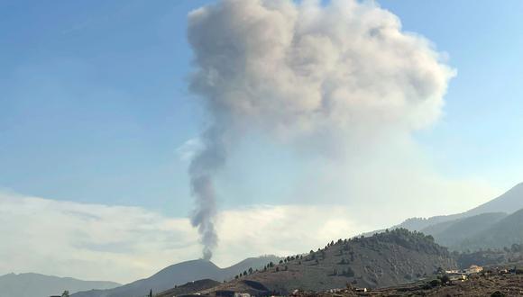 El Instituto Volcanológico de Canarias, Involcan, acaba de confirmar a través de su cuenta de twitter que el cono principal del volcán vuelve a emitir lava. (Foto:  Desiree MARTIN / AFP)