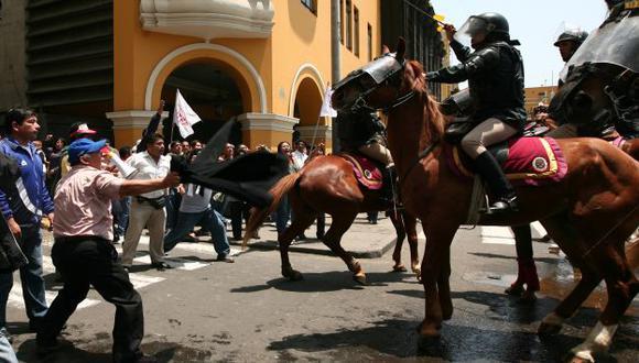 VIOLENCIA. Docentes se enfrentaron a policías. Fue necesario el uso de agua y gases lacrimógenos. (David Vexelman)
