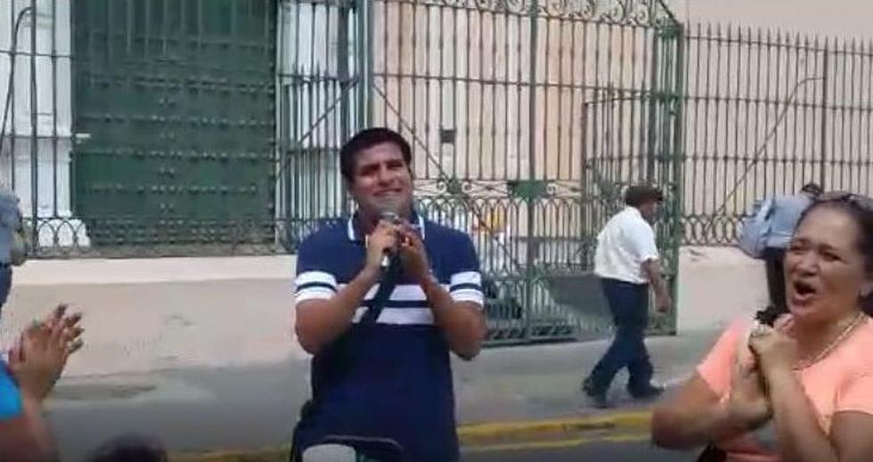Joven invidente impresiona con homenaje a Pedro Suárez-Vértiz en el Centro de Lima. (Captura de video)