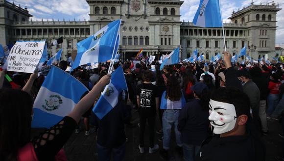 Manifestantes se reúnen frente al Palacio Nacional para exigir la renuncia del presidente Alejandro Giammattei, en Ciudad de Guatemala. (AP/Moises Castillo).