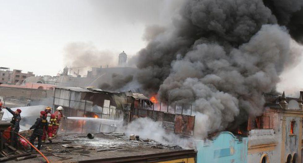 Las llamas afectaron varios establecimientos comerciales donde se vendían productos de plástico y zapatos. (Martín Pauca)