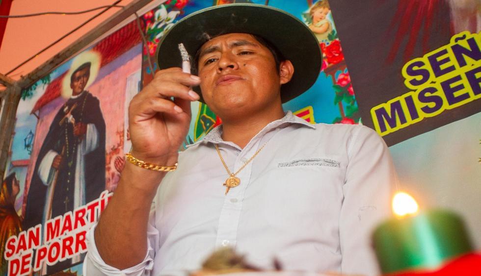 Maestro Don Abel utiliza el cigarro para predecir el futuro. (Foto: Z. Carbajal)