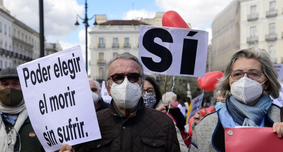 """Imagen referencial. Un hombre sostiene un cartel que dice """"Elegir morir sin sufrimiento"""" durante una manifestación en apoyo de una ley que legaliza la eutanasia en Madrid (España),  el 18 de marzo de 2021. (JAVIER SORIANO / AFP)."""