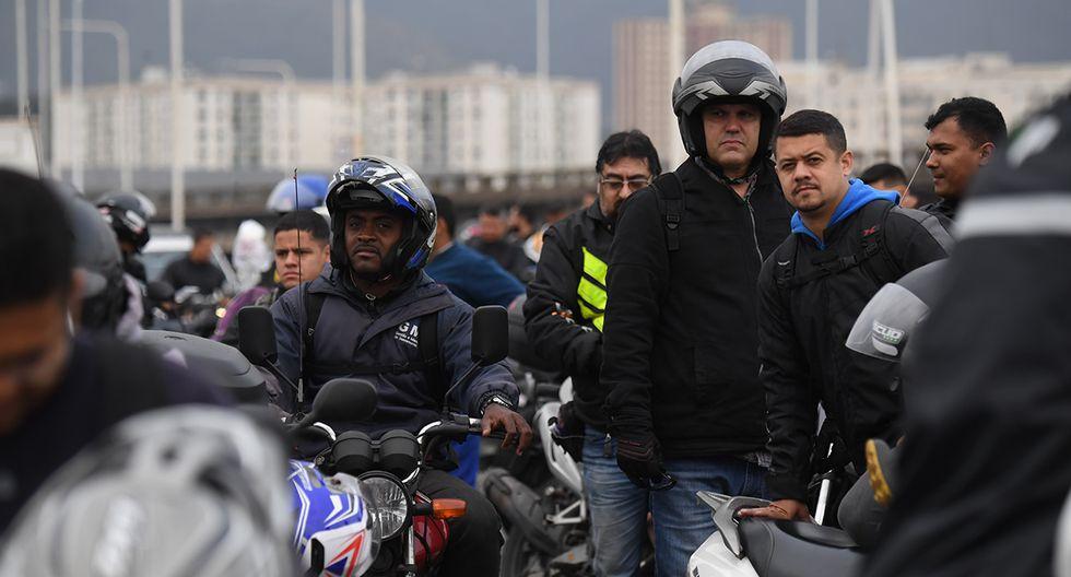 Chóferes aguardando que reabran el tránsito en el emblemático puente Río-Niteroi. (Foto: AFP)