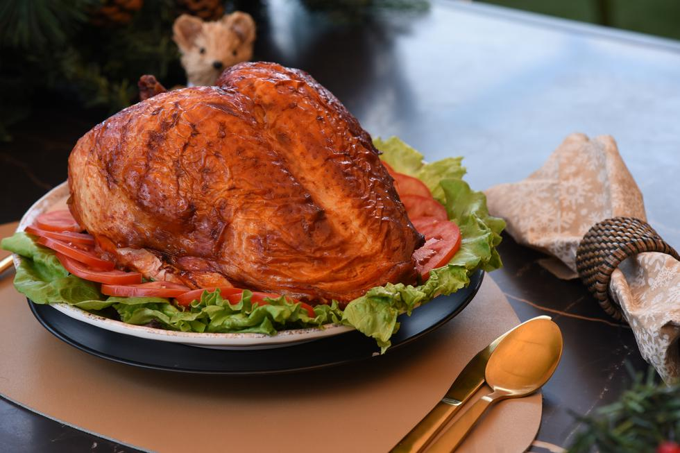 Es la estrella en nuestra noche buena, un agradable y jugoso pavo navideño peruano es uno de los platos más tradicionales en Navidad y el que nunca debería faltar en nuestra mesa para compartir con nuestros seres queridos. Cada familia tiene su receta especial y nosotros no somos la excepción.