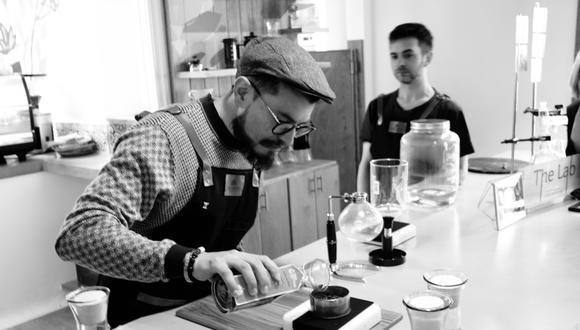 Steven Martínez señala que un buen café no debe tener más de dos meses de tostado. (Flavors of Bogota)