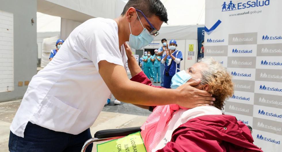 Doctora de 73 años atendida por su hijo médico vence al COVID-19 [VIDEO]