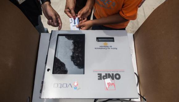 LIM15. LIMA (PERÚ), 10/04/2016.- Ciudadanos votan hoy, domingo 10 de abril de 2016, en Lima (Perú). EFE/Sebastián Castañeda