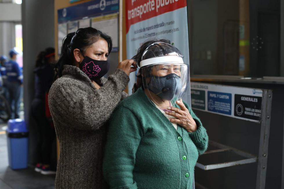 Del lote de 5.000 protectores faciales donados, unos 500 fueron distribuidos a usuarios que acudieron hoy a la estación Matellini, en Chorrillos. (Foto: Britanie Arroyo/GEC)