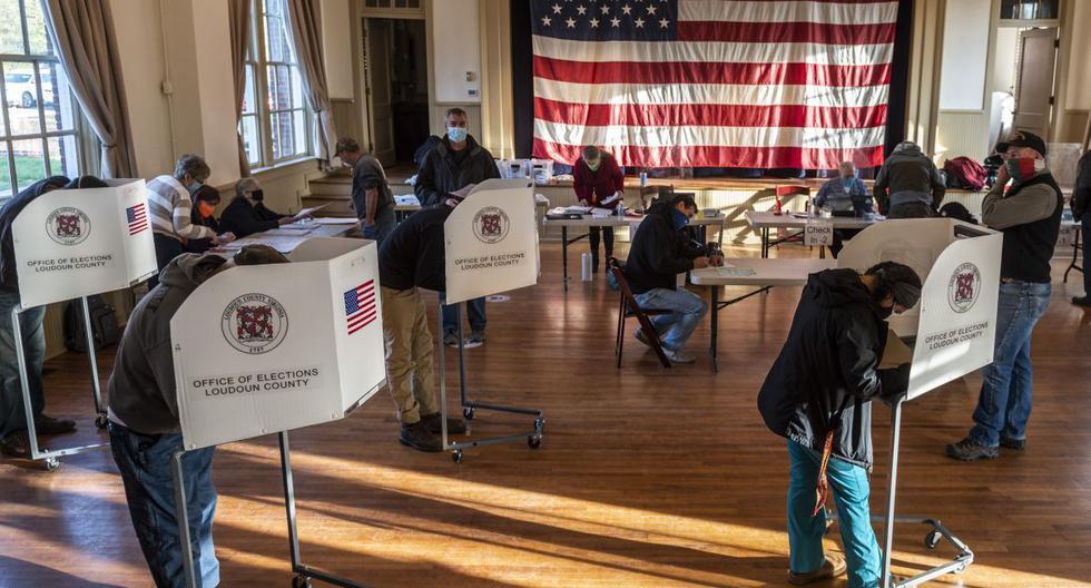 Los votantes sufragan en la antigua Stone School, utilizada como centro de votación, el día de las elecciones en Hillsboro, Virginia. (Foto de ANDREW CABALLERO-REYNOLDS / AFP).