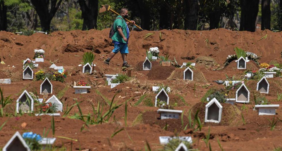 Imagen referencial. Un empleado es visto en el cementerio de Vila Formosa, en las afueras de Sao Paulo, Brasil, el 25 de septiembre de 2020. (AFP / NELSON ALMEIDA).